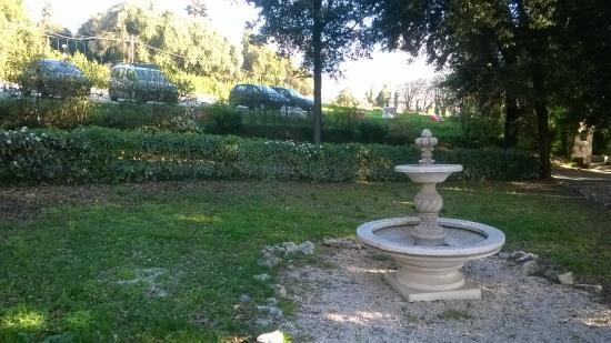 Villa Spirito Santo : giardino e parcheggio sullo sfondo