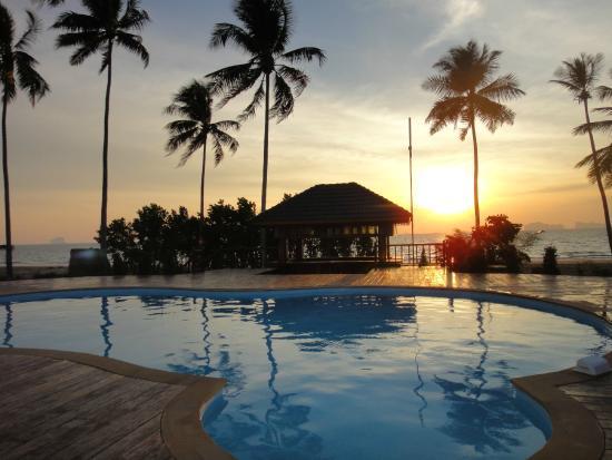 Yataa Island Resort: Yataa Resorts pool med solnedgang