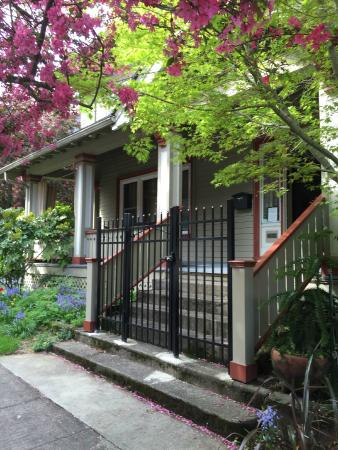 Portland International Guesthouse: Front view from sidewalk