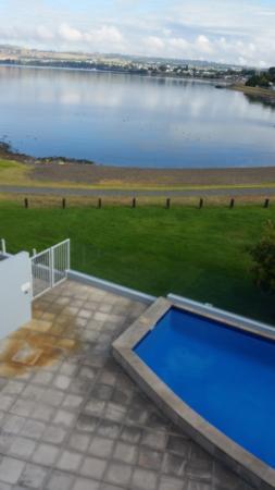 Waimahana Luxury Lakeside Apartments: Swimming pool.