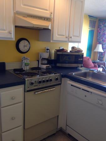 Beach Quarters Resort: Efficient kitchen