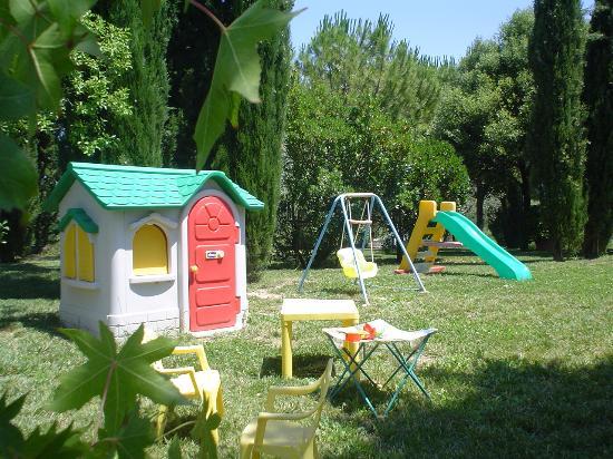 Giardino con giochi per bambini foto di agriturismo gabellette