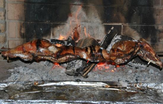 Villamassargia, Italien: maialetto arrosto nel camino della sala