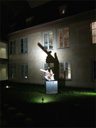 Hotel Les Haras: Oeuvre d'art dans la cour intérieure