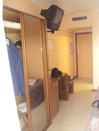 Hotel Pineta Palace : tv, armario