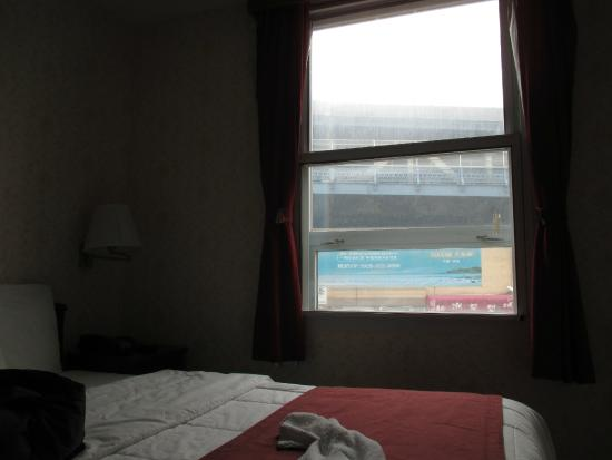Hotel Mimosa: My room and its view of the Manhattan Bridge!