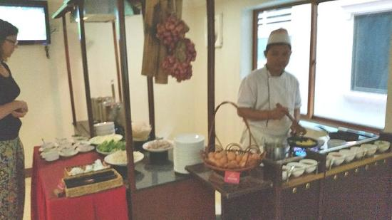Cardamom Hotel: cooking and frying eggs etc.