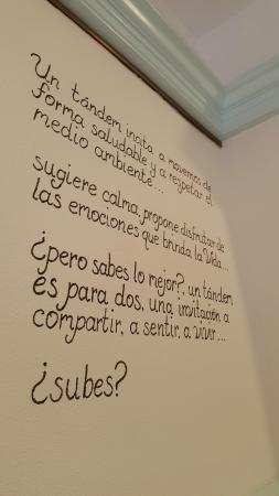 fresa y chocolate caf mural con frase en la pared de la cafetera