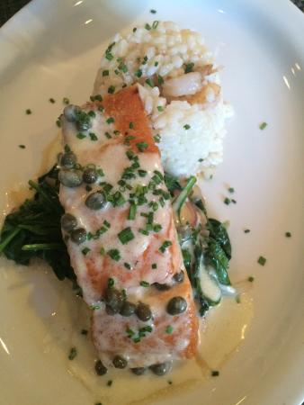 M Street Bar & Grill: Salmon with Spinach & Capers