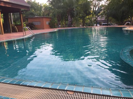Petchpailin: สระว่ายน้ำ