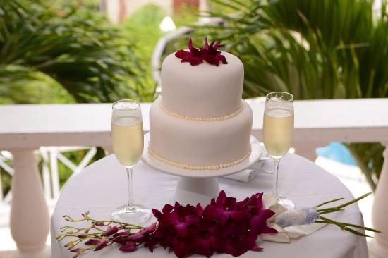 Beautiful Beginning S Wedding Cake And Flowers Picture
