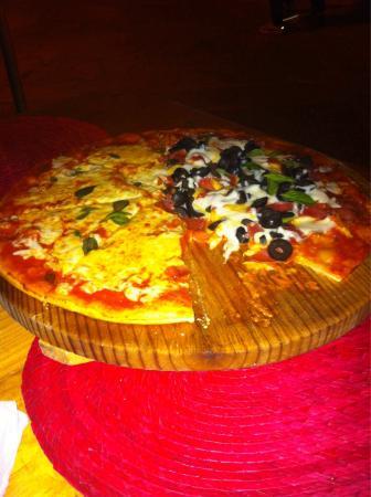 Restaurante Pizzeria Napoli: Pizza pazza y Margarita deliciosa