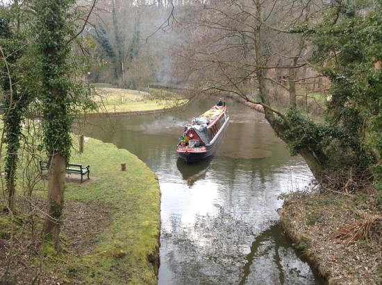 Foxtwood Cottages: Narrow boat turning into lock