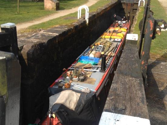 Foxtwood Cottages: Narrow boat  in lock