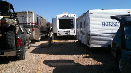 Temple View RV Resort: RVs crowded in an overflow lot