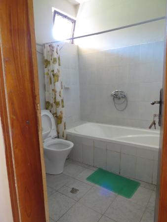 Alef Paradise Hotel: The Bathroom