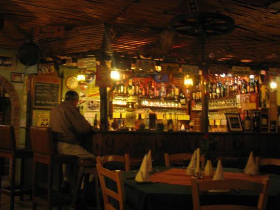 Western saloon pizzeria: барная стойка