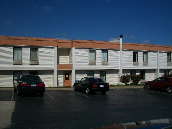 Americas Best Value Inn Crabtree Raleigh : Parking Lot