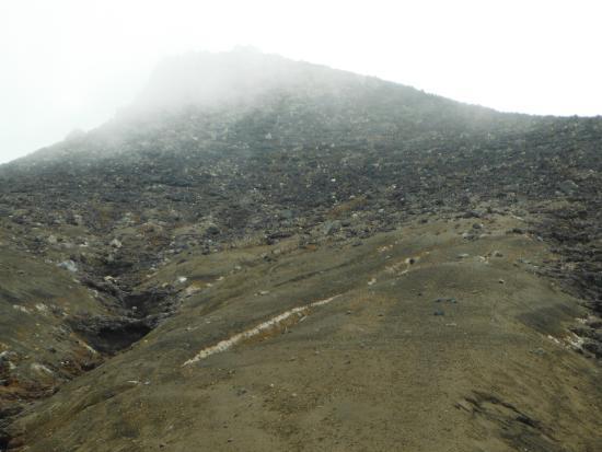 Mt.Tokachi: 十勝岳(頂上への急傾斜な登りに変わる地点より)