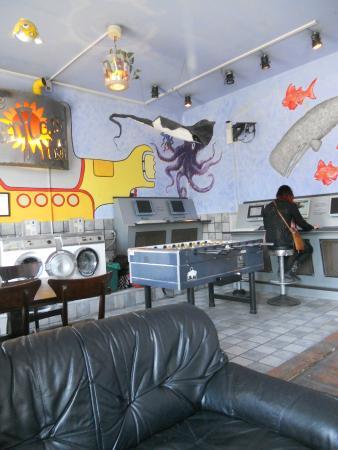 Sunflower Hostel: Aufenthaltsraum mit Sitzmöglichkeiten zum Frühstücken, Waschmaschinen, Computern und Tischfußbal