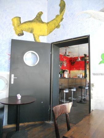 Sunflower Hostel: Blick auf die Rezeption/ Bar vom Aufenthaltsraum