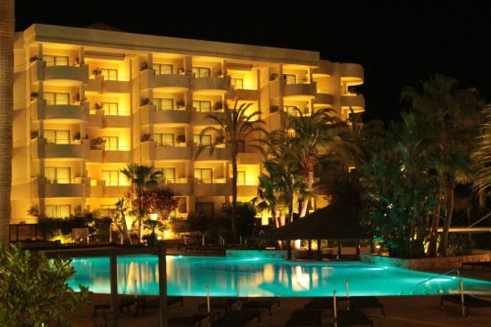 Protur Biomar Gran Hotel & Spa: Pool at night - not much busier during the day!