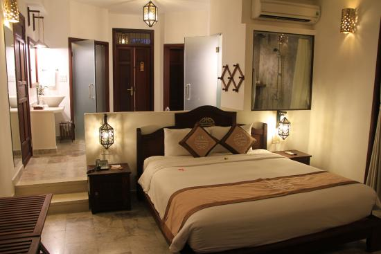 notre chambre avec baignoire derri re t te de lit picture of hoi an ancient house resort spa. Black Bedroom Furniture Sets. Home Design Ideas