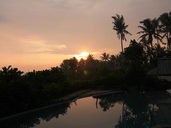 The Shore Villa: Sunset near the poolside