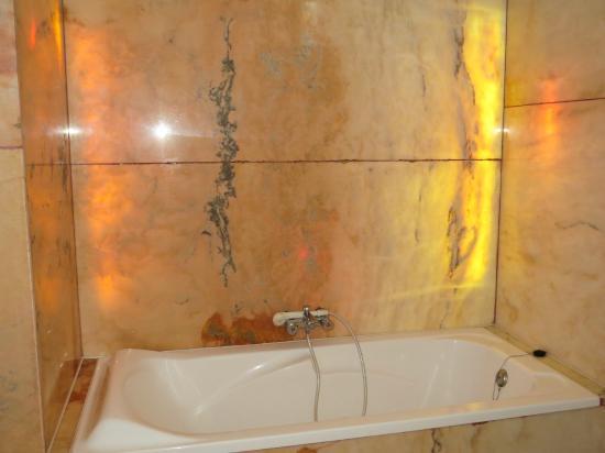 Chateau de Pitray: Waanzinnig mooie badkamer met licht achter het marmer