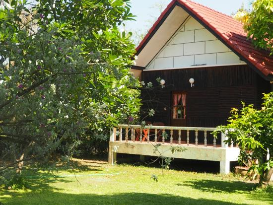 Thai Bamboo Guesthouse Resort : bungalows at thai bamboo cha-am in a tropical garden