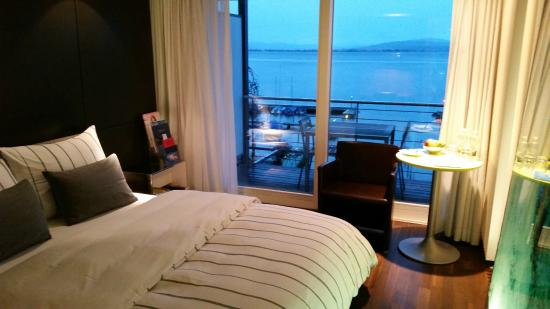 Hotel Marina Lachen: Bedroom and view