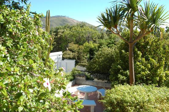 Villa Lutzi: Blick vom Pool in den Garten