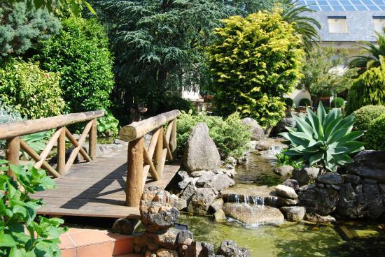 Hotel Bosque-mar: puente en jardin