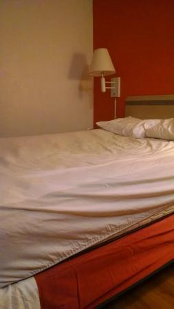 Motel 6 Vancouver: A bed in need of replacement!