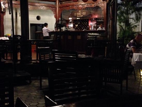 Hotel Saigon Morin: Innenhof des Hotels am Abend