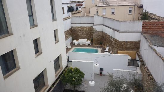 Hotel el Postigo: patio interior y piscina