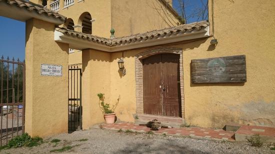 Masia Can Parellada: Puerta y baño de nuestra habitación, exterior de la masia y tarta de queso casera.