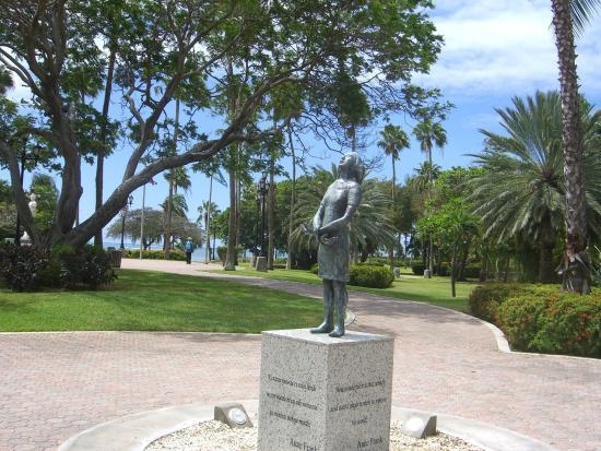 Wilhelmina Park: Denkmal von Anne Frank im Wilhelmina-Park