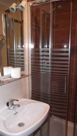 Hostal Madrid: Limpio, cómodo y con las utilidades necesarias.