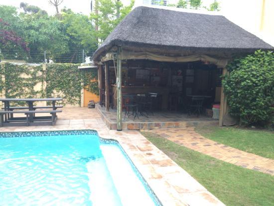 A Sunflower Stop: Bar mit Pool im Garten