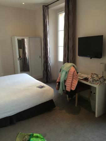 Hotel les Palmiers: desk and closet
