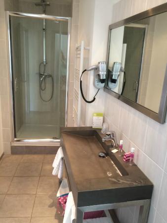 Hotel les Palmiers: bathroom seemed very new