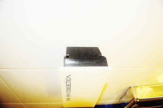Hotel Savoy Amsterdam: Dust on soap dispenser in bathroom.