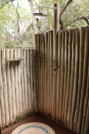 Rhino Post Safari Lodge : Außendusche