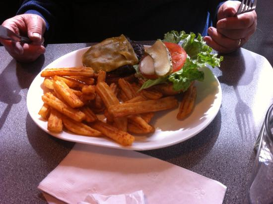 The Hideaway Cafe: Cheese burger