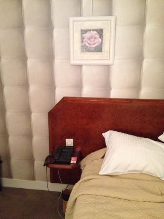 Hotel Restaurant La Glycine : Le lit pris de la porte de la salle de bain (peu de recul possible la chambre étant minuscule!!!