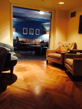 The Normandy Hotel: The cozy lounge at the Normandy