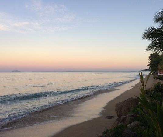 Tres Sirenas Beach Inn: Sunrise view from the Inn