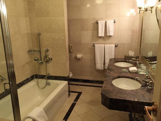 Avalon Hotel Fancy Bathroom
