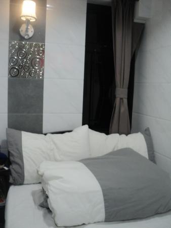 Canada Hotel: Экстерьер номера и второе окошко( нечто для Гонконга - окно,и уже тем более 2 окна!!!)